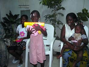 Photo: qui reçoit les cadeaux de son parrain