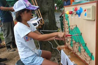 Photo: 美原のシマズ電気島津弘明さん手作りのおもちゃ イライラ棒に挑戦