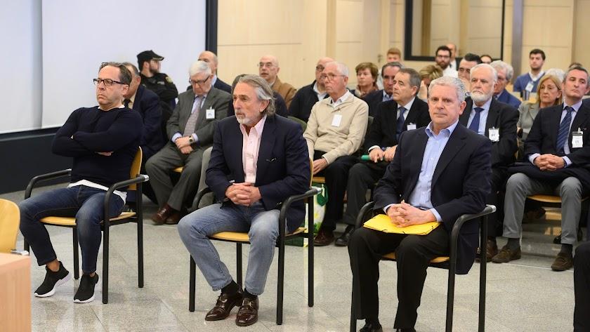 Álvaro Pérez \'El Bigotes\' (i), Francisco Correa (c) y Pablo Crespo (d) al comienzo del juicio.
