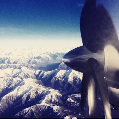 Il viaggio è movimento, il viaggio è sopra le nuvole su un aereo di Samia