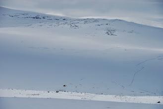 Kuva: Lossuhytta näkyvissä, enää lasku alas. Hangen päällä oli mukavasti uutta lunta helpottamassa laskua
