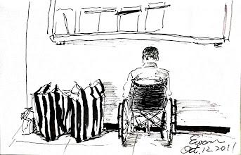 Photo: 等2011.10.12鋼筆 管制口正忙著新收,牆邊放了一包一包的行李,我的客戶在輪椅上,靜靜等待著出車到醫院門診…