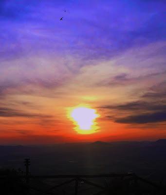 Il tramonto. E 'il momento della giornata in cui sembra che il cielo sia stato dipinto da un artista di graffiti. (M. K) di Miry