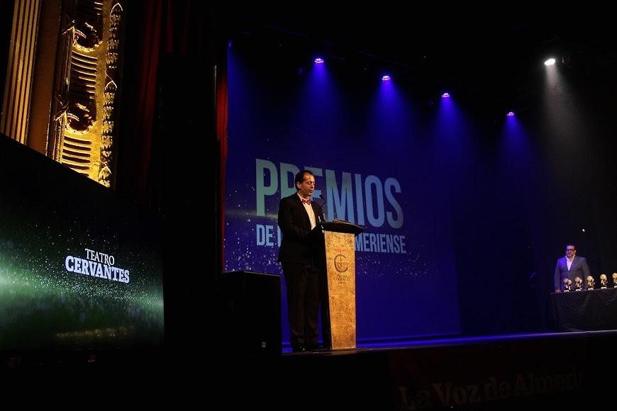 Curro Verdegay durante su intervención en la gala de los Premios de la Noche Almeriense que acogió el Teatro Cervantes.