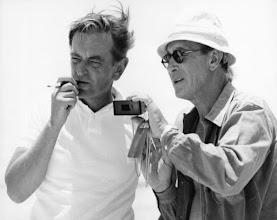 """Photo: David Lean e o diretor de fotografia Freddie Young conversando sobre uma cena de""""Lawrence da Arábia""""."""