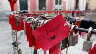 Decoración de San Valentín en la plaza de Campoamor.