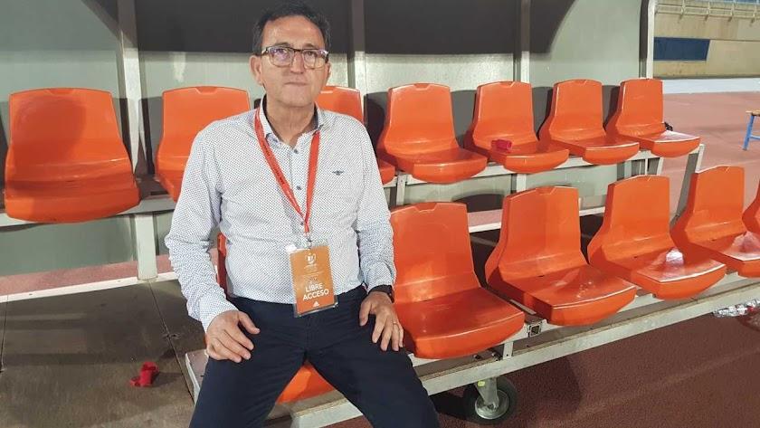Posa para LA VOZ en el banquillo del Estadio Municipal Antonio Peroles.