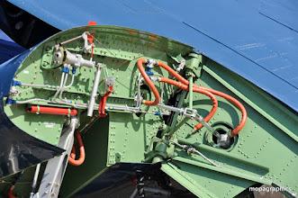 """Photo: Gros plan sur le mécanisme de repliage et de verrouillage de l'aile """"babord"""" de l'Avenger"""