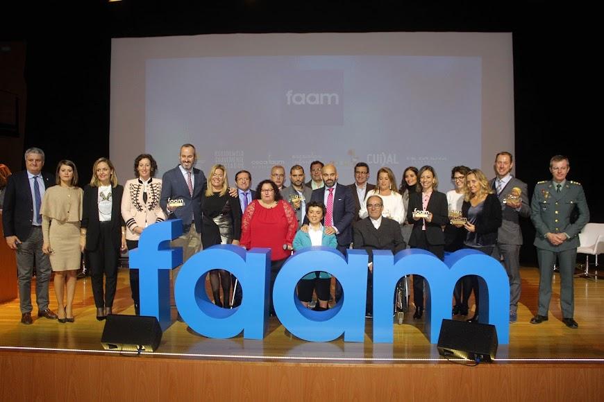 Galardonados en los Premios FAAM de Oro y representantes institucionales junto a representantes de FAAM.