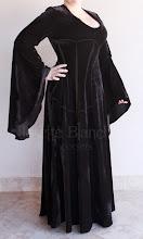 Photo: Vestido Medieval Simples em veludo cristal preto com saia godê e decote em V. A partir de R$ 200,00.