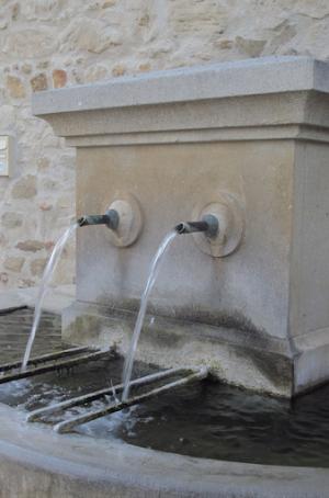 fontaine de puybarret Visan dans l'enclave des papes les becs