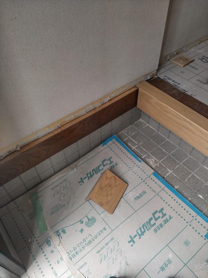 土間と壁の見切材も同じく重ね張りします