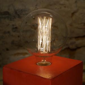 lampe béton ciré rouge avec ampoule vintage rétro à filaments style Edison