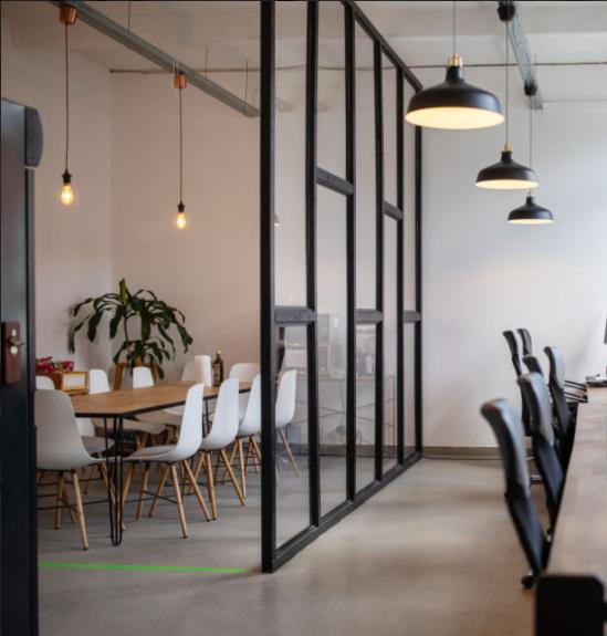 salle de réunion de style déco industriel et scandinave