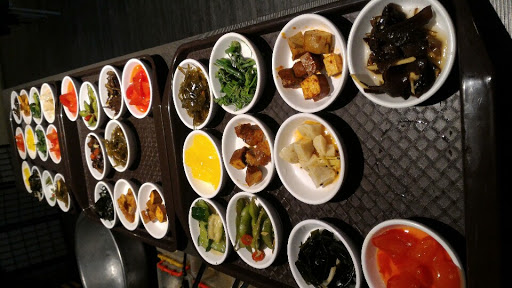 小菜吃到飽,東西也不錯吃,但比較偏台式口味