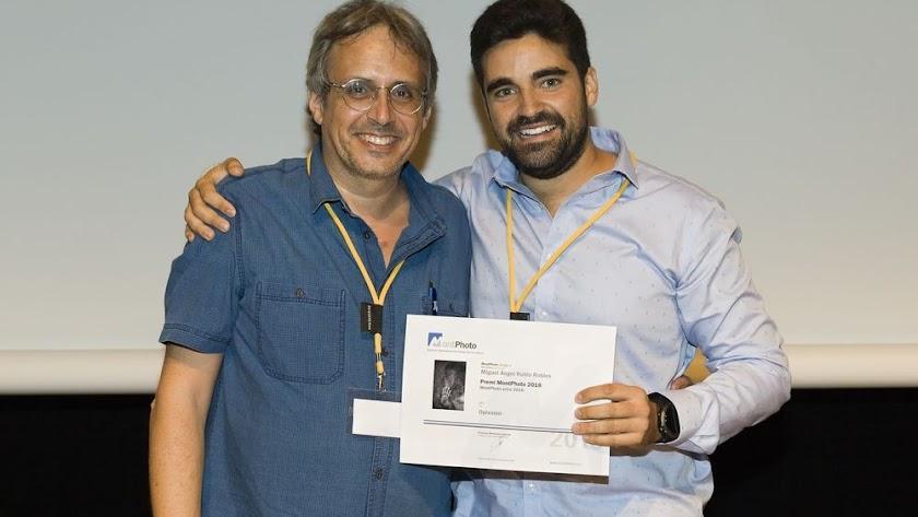 Miguel Ángel Rubio, a la derecha, feliz tras saber que era el ganador de MontPhoto 2018.
