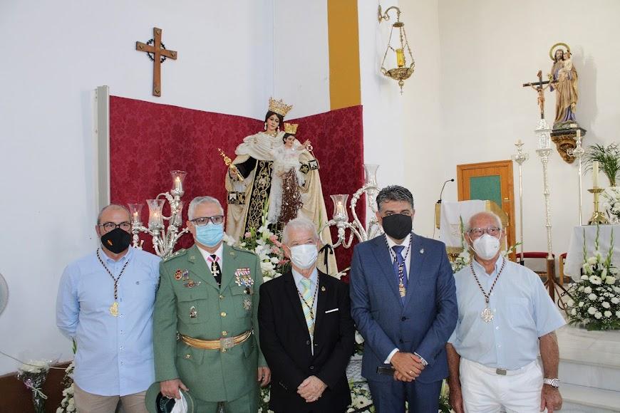 Junto al coronel Úbeda y ante la Virgen del Carmen.