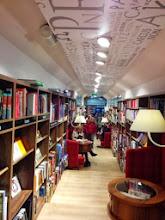 """Photo: Domingo de libros, domingo de Ruta Librera. Hoy viajamos a Cracovia, a la plaza Rynek. Allí un mercader alemán llamado Mertzenich abriría la Llibrería Matras en 1610. Tan solo quince años más tarde tuvo que cerrar sus puertas durante un lapso de doscientos años. sin embargo, esta hoy mítica librería, reabrió en 1825. Esta librería, llamada catedral de los libros, tiene visitantes diarios ya convertidos en viejos conocidos de los libros que allí se venden mientras que otros buscan un título o, simplemente, tomar un buen café entre páginas sabiendo que están en una de las zonas más visitadas de la ciudad. Si miramos por encima de los títulos, veremos fotografías firmadas como si se tratara de un famoso restaurante, sólo que los firmantes son Szymborska, Houellebeq o Müller y como los escritores siguen acudiendo a firmas y tertulias, los clientes se agolpan formando las ya míticas colas a su puerta. Es un lugar especial del que se podrían contar mil cosas. Os diré como muestra que en el siglo pasado crearon la """"Orden de los Caballeros Bibliófilos"""" con premio incluido (la Medalla del Cuervo Blanco). Está claro, hay lugares que tienen historias tanto o más interesante que las que se exponen en sus estantes. Este es uno de ellos. Fuente fotos: http://www.escapadaseuropa.com/ http://www.elmundo.es/"""