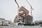gebouw in aanbouw. Centrale deel, opgetrokken in beton, steekt uit boven de rest