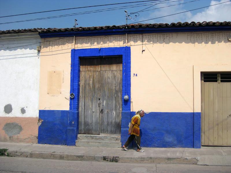 Photo: señora y paredes blanco con azul