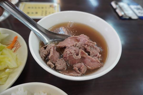 東區牛肉湯 牛肉燥飯.牛肉湯+青菜一套100元 24小時營業 簡單方便吃還有冷氣吹 億哥牛肉湯(後甲)