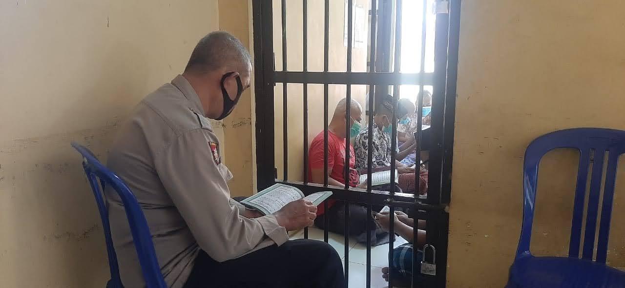 Tingkatkan Keimanan Kapolsek Sukorejo Ajak Ngaji Para Tahanan