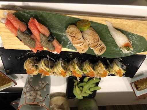 今天吃酪梨的卷,還有一些單點的握壽司 第一次吃到蟹膏。感謝我的朋友點了蟹膏軍艦但我沒拍到,嗯,如照片紅色蟹肉棒上的即蟹膏。