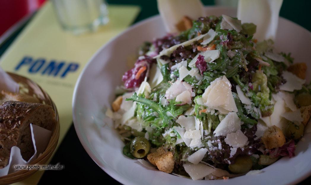 Photo: Caesar Salat mit original Caesar Dressing, frischem Parmesan & Croutons