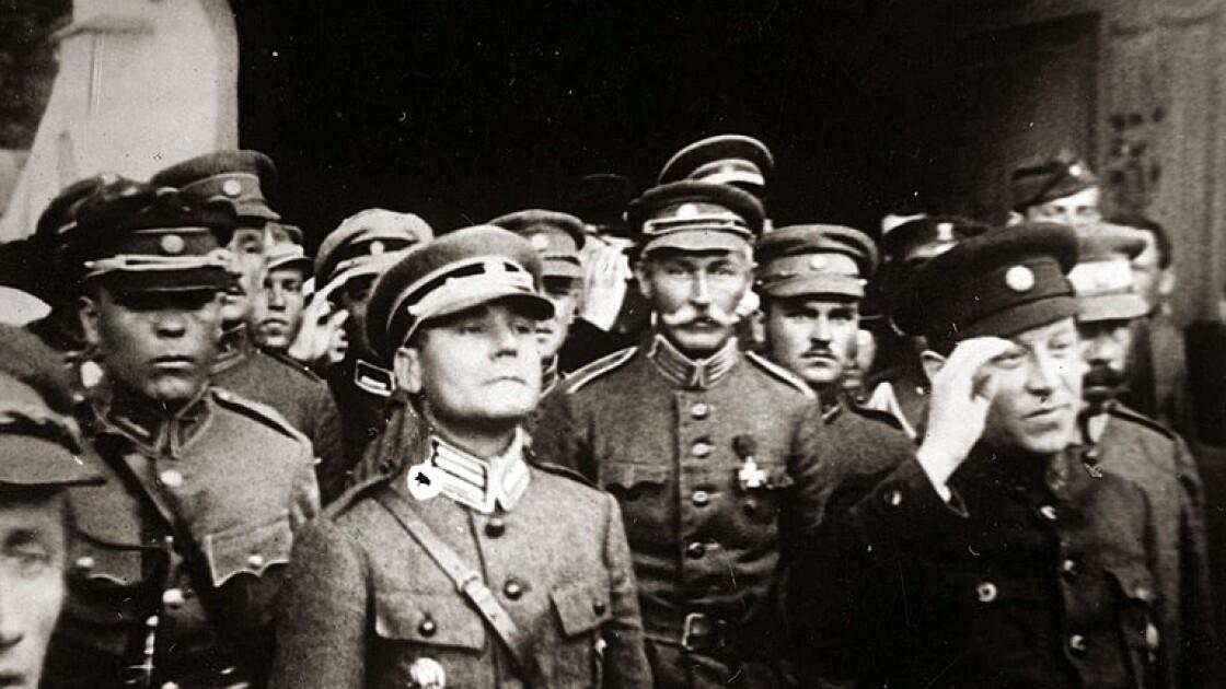 Симон Петлюра со старшинами армии УНР. В центре на первом плане — полковник Марко Безручко