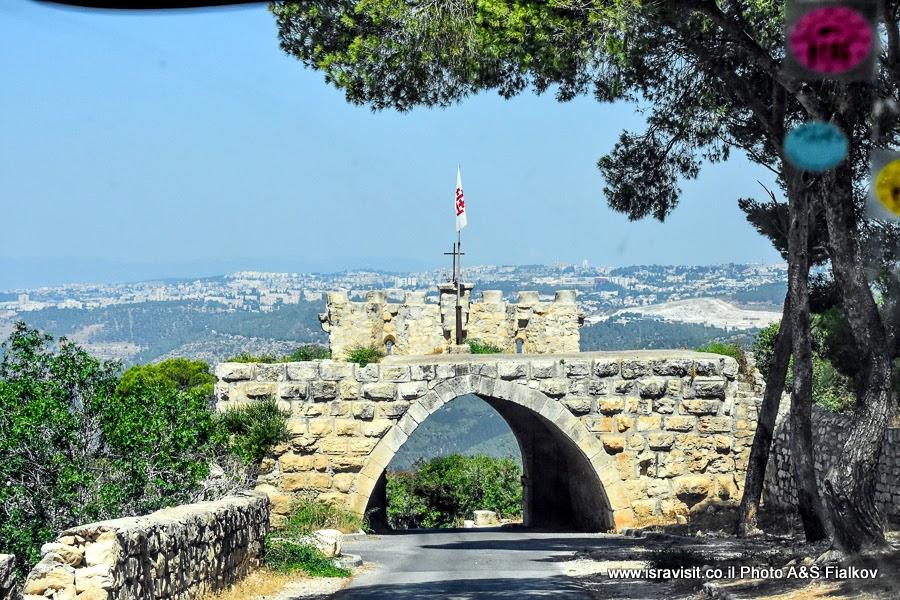 «Врата ветра» на горе Фавор у церкви Преображения Господня. Экскурсия по Святым местам Нижней Галилеи. Израиль.