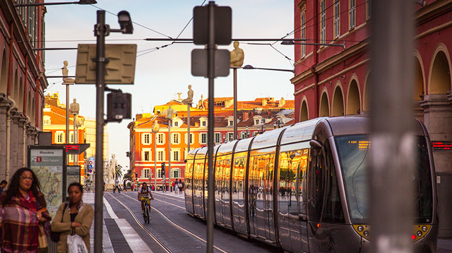 Центр Ниццы, трамвайная улица и площадь
