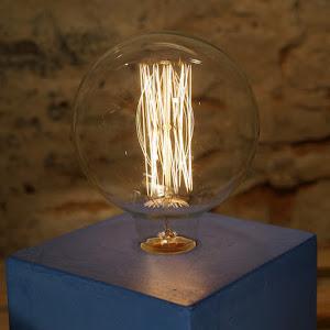 lampe cube en béton de couleur bleu marine avec ampoule à filament type Edison