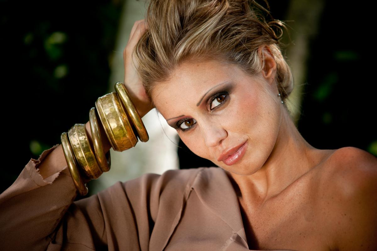 Donna con bracciali di bondell