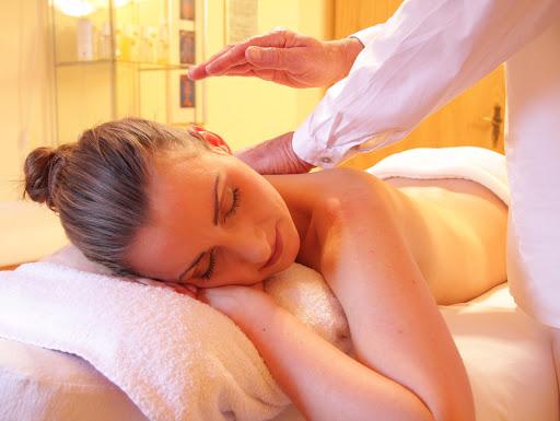 massage-bien-etre-en-chambres-dhotes-lescleriade-en-provence