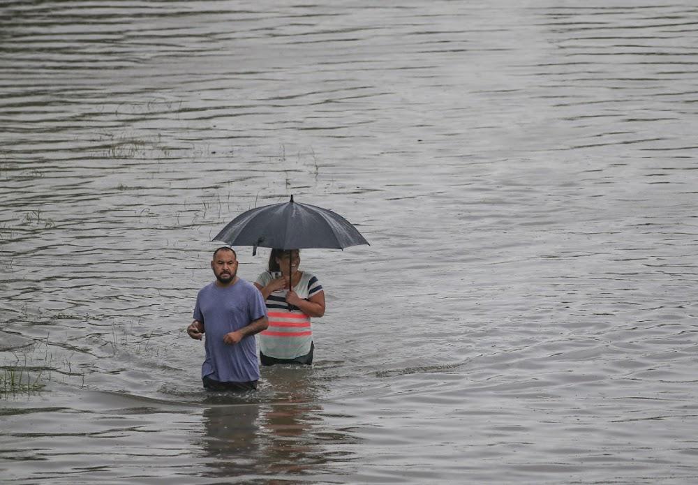 Slyp aan die gang nadat die tropiese storm Houston verongeluk het