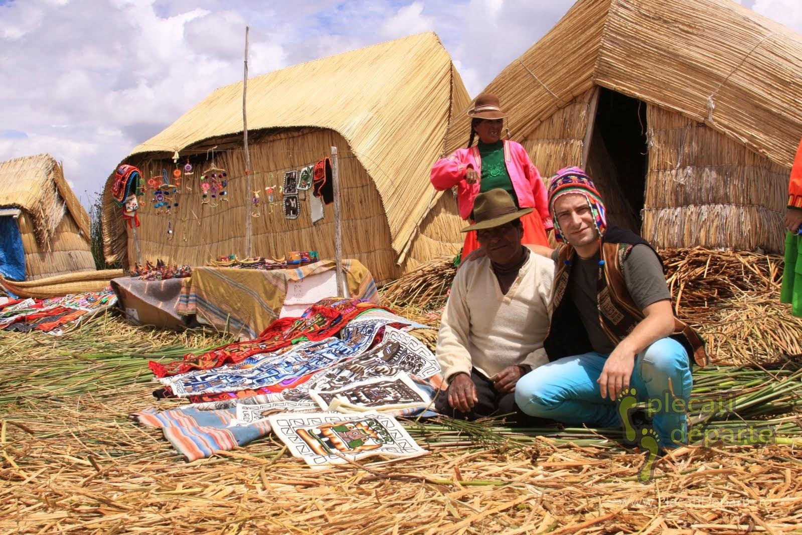 vanzator de suveniruri in comunitatea Los Uros, pe insulele plutitoare, pe Lacul Titicaca, la 4000m in Peru