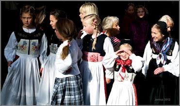 Photo: Charakteristisch an der Mädchen- und Frauentracht in Schleswig-Holstein sind ein zweigeteilte Rock sowie der Silberschmuck.  Trachtenfotos: goo.gl/B1OsX8