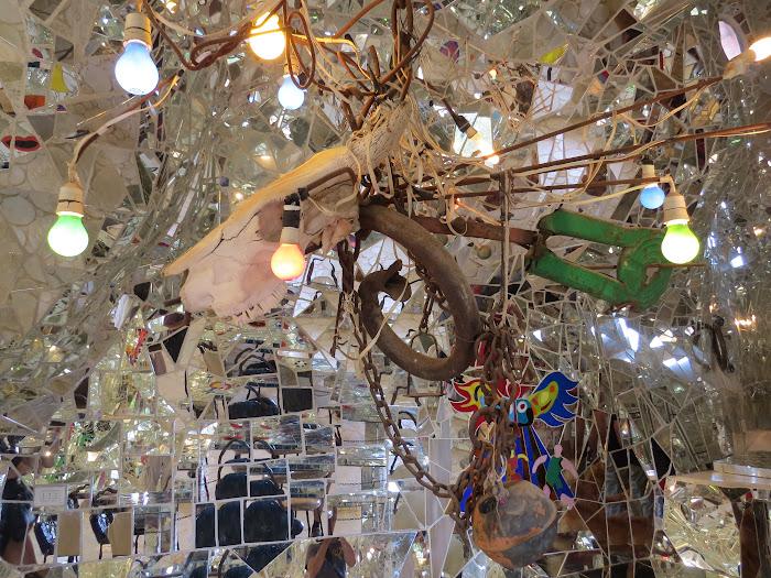 Niki de Saint Phalle, L'Imperatrice, interno con un vorticoso mosaico di specchi, Giardino dei Tarocchi, Capalbio