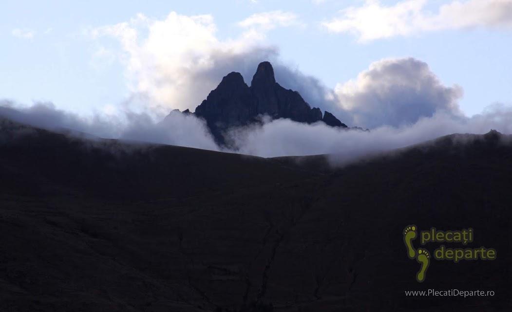 varfuri muntoase din Anzi, vazute din Ollantaytambo, un obiectiv turistic din Valea Sacra, Peru