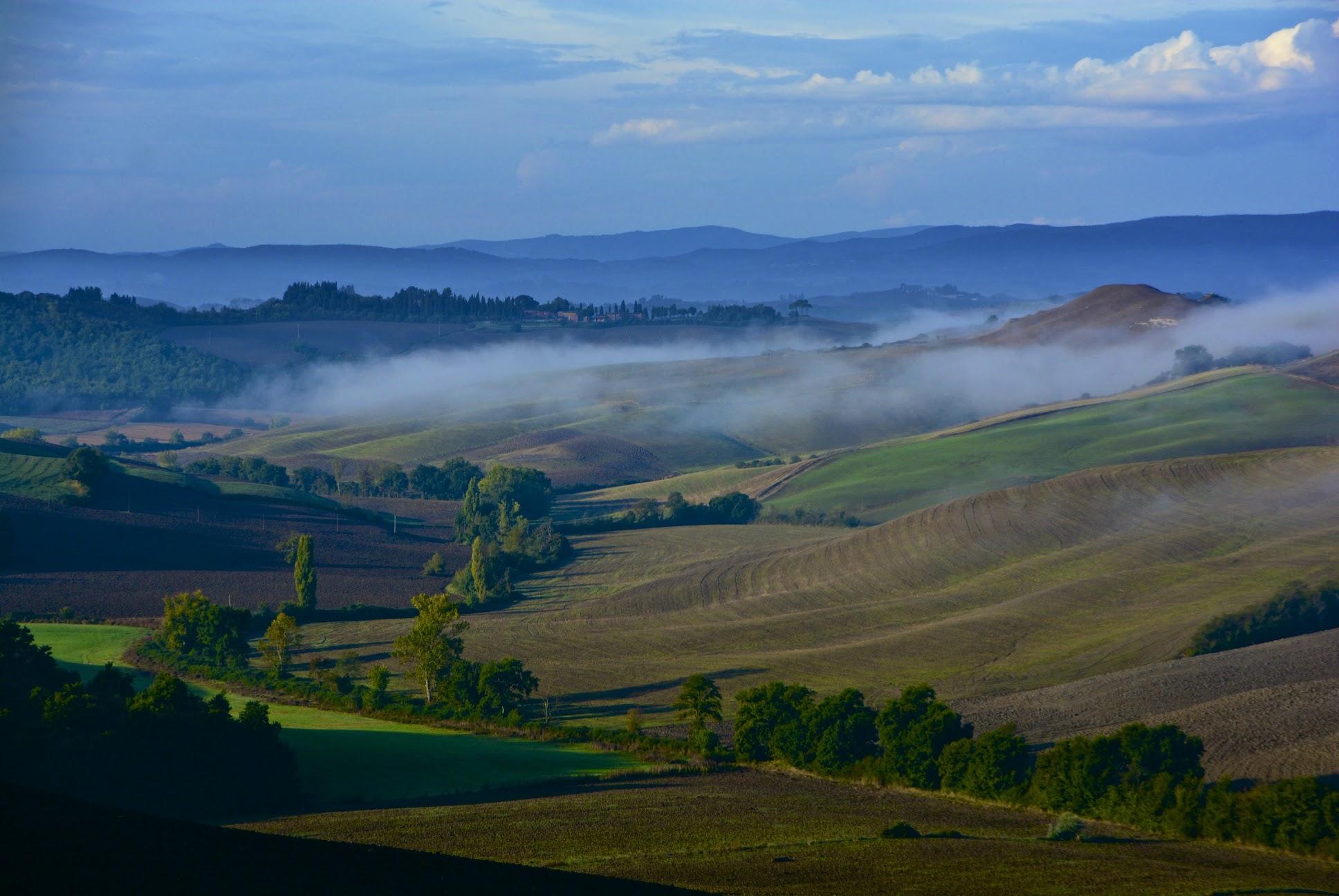 Nebbia mattutina nelle Crete senesi nei pressi di Vescona, Siena