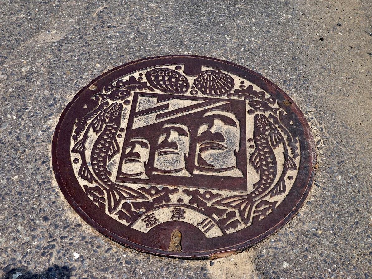 旧志津川町時代のモアイのマンホール
