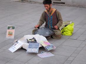 Photo: Rou5Ins221-151002musicien avec instrument inventé et produits à vendre, Sibiu ,rue piétonne IMG_8929