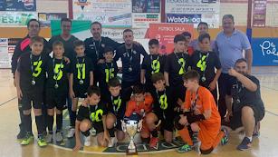 Los jugadores ejidenses celebrando el título alevín.