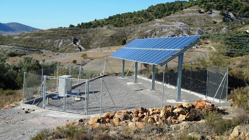 Aspecto del campo solar instalado en Fuente Victoria, con los paneles que dan energía al sondeo.