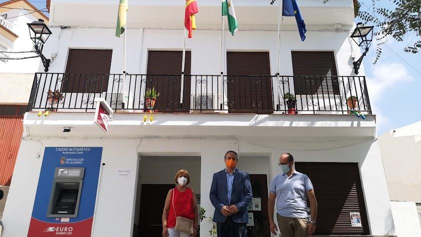 El delegado territorial, José Luis Delgado, visitando el ayuntamiento de Beires