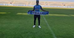 Owusu posa con la bufanda del CD El Ejido.