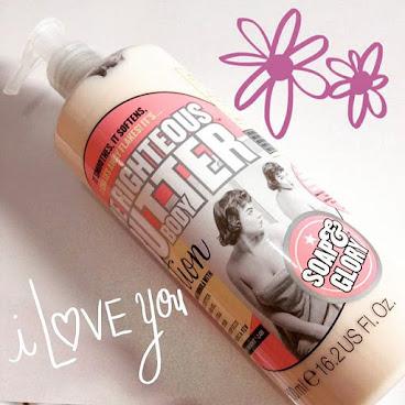 英國SOAP&GLORY Righteous Butter滋養身體乳液500ml 成分:乳木果油、蘆薈(潤膚),甘油(保濕劑)椰子油(潤膚)等。香味先是宜人佛手柑,草莓和柑橘果香與花香,後續是持久迷人的廣藿香,琥珀,和溫暖的香草味  該款為500ml的超大包裝啊! 對Soap&Glory痴迷的英國妹子,10個中有9個都是奔著這款SG身體乳而來的。 The Righteous Butter不單滋潤保濕有功,而且味道非常非常的'heavenly'(如天堂般美妙),因為它很近似高貴的Dior香水'Miss Cherie'。 含豐富的天然潤膚成分,如乳木果油等,不但滋潤而且柔軟肌膚。 保濕效果能保持甚至超過24小時,適合所有膚質。最佳的使用效果是在洗澡後趁水汽還沒完全流失時候塗滿全身,注意塗在手肘和膝蓋特別乾燥的皮膚上。 那整個人第二天也會沈浸在香氛中。  沐浴後不要擦乾身上的水份,然後直接取適量均勻塗抹於需要部位。  有關產品 🔍及 價錢查詢方法  Whatsapp 📲: 55982250  WeChat📞 : Thais_smiles  網站🌐: www.thaissmile.com  I