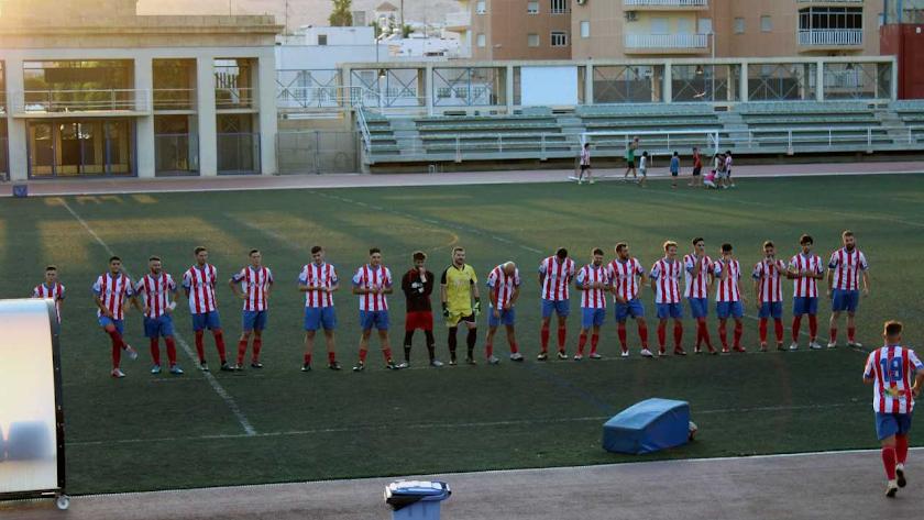 Los jugadores del Poli saludan a la afición.