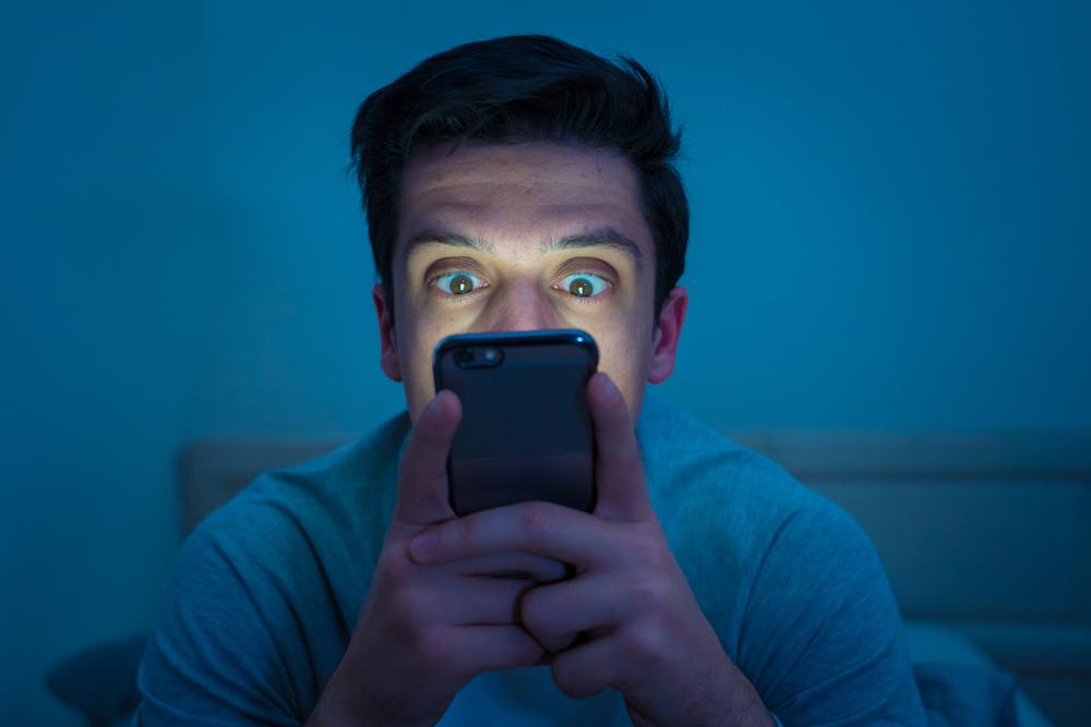 A utilização do celular em horários noturnos pode afetar negativamente a qualidade do sono. (Fonte: Shutterstock)