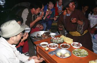 Photo: 03286 ハドブルグ家/近隣牧民の宴会料理/ホルホック/乳製品の盛り合わせ/ゆでた内臓/ゆでたジャガイモ/キュウリのピクルス/インゲン豆のピクルス/ソーセージやタマネギのスライス盛り合わせ